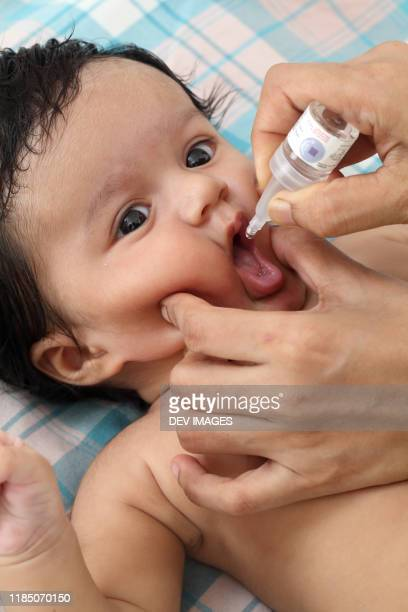 administering oral poliovirus vaccine to newborn baby - gota condição médica - fotografias e filmes do acervo