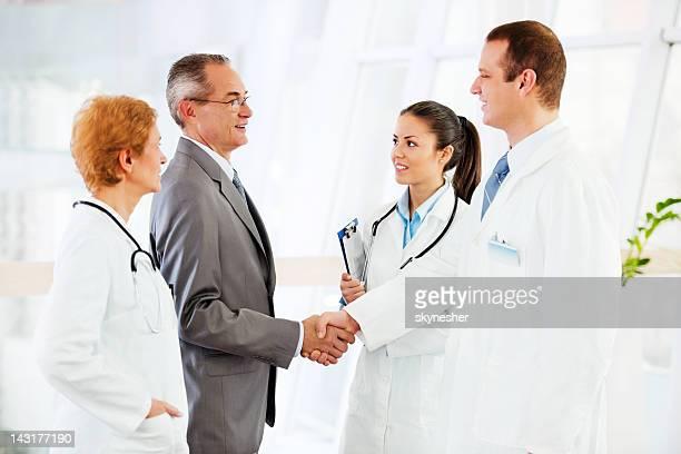 Administrator mit medizinischen Teams sprechen im Krankenhaus.