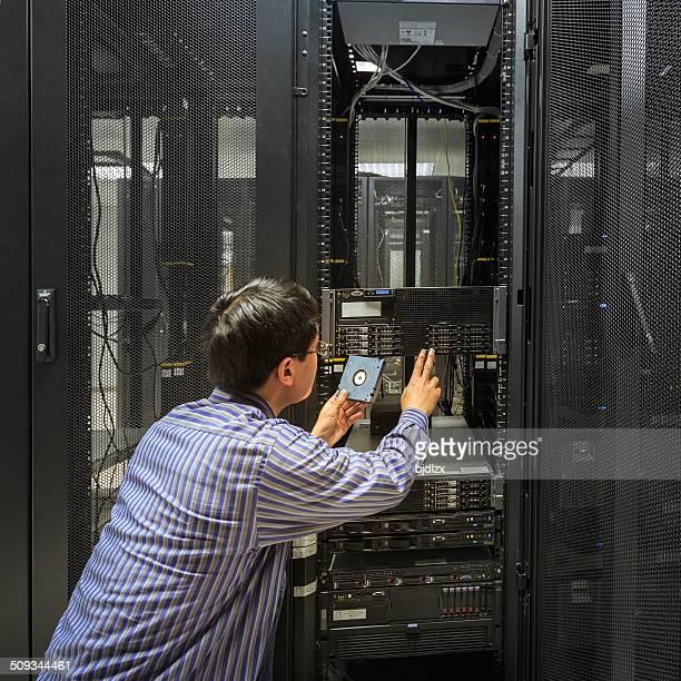 Administrateur travaillant sur un serveur chambre