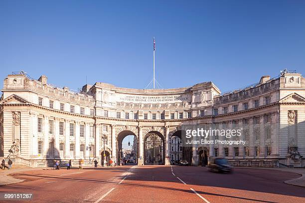 admiralty arch on the mall in london, uk. - the mall westminster fotografías e imágenes de stock