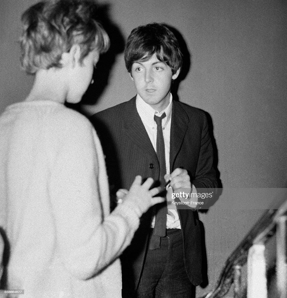 Admiratrice Demandant Un Autographe A Paul McCartney Lors Dun Concert Des Beatles Au Palais