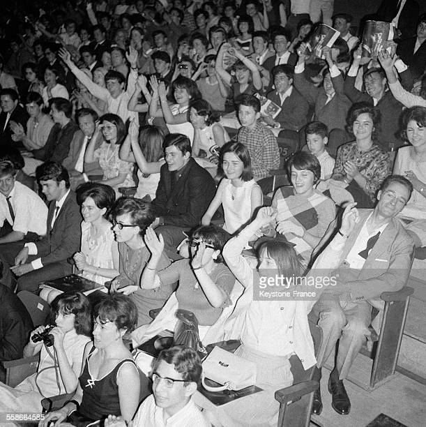 Admiratrices lors du concert des Beatles au Palais des Sports à Paris France le 20 juin 1965