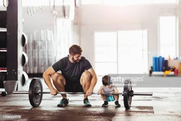 大きな重みを賞賛する - kids weightlifting ストックフォトと画像