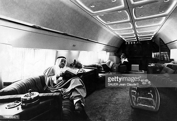 Adnan Khashoggi Businessman And Saudi Billionaire Adnan KASHOGGI lisant un livre à bord de son 'jet' privé lui servant de bureau