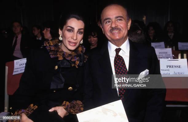 Adnan Khashoggi et son épouse Shahpari lors d'un défilé de mode en octobre 1992 à Paris France