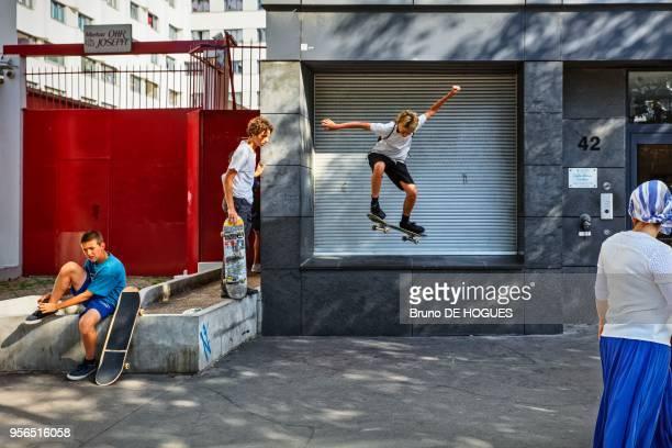 Adolescent skateur réalisant une figure depuis le rebord d'une fenêtre Quai de la Marne le 8 Juillet 2017 Paris France