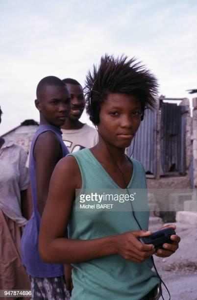 Adolescente écoutant de la musique sur un walkman à Haïti en février 1998
