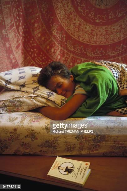 Adolescente endormie dans son lit