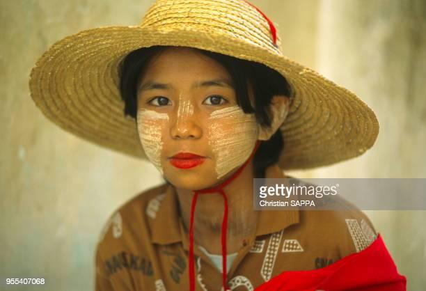 Adolescente maquillée Minguin près de Mandalay Birmanie