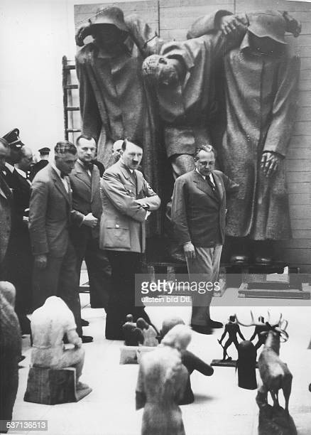 Adolf Hitler Adolf Ziegler Adolf Ziegler Politiker NSDAP D im Haus der Deutschen Kunst in München bei der Besichtigung und Auswahl der für die...