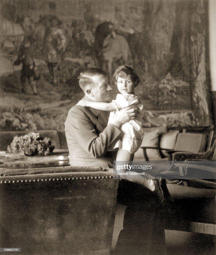 Hitler And Young Girl : News Photo