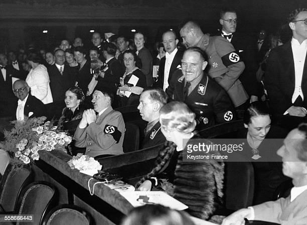 Adolf Hitler assis à côté d'Eva Braun et des dignitaires nazis lors d'un spectacle circa 1940