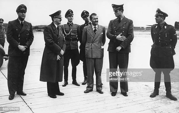 Adolf Hitler auf dem Flugplatz desFührerhauptquartieres 'Wolfsschanze' beiRastenburg in Ostpreussen in Erwartungder Ankunft Benito Mussolinis nach...
