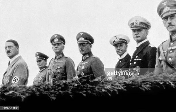 Adolf Hitler avec son étatmajor composé d'Hermann Göring Erich Raeder Werner von Fritsch Werner von Blomberg en 1935