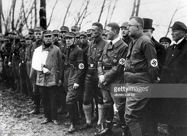 Adolf Hitler bei der Beisetzung vonSA Männern die bei politischenAuseinandersetzungen in Wöhrden ums Lebengekommen waren 1929 Aufnahme...