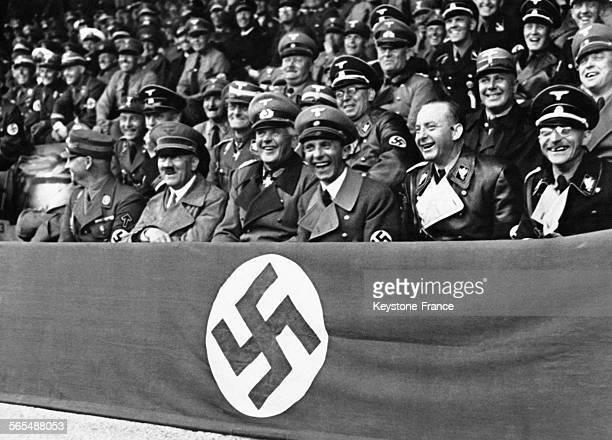 Adolf Hitler entouré de Joseph Goebbels de Werner von Blomberg de Viktor Lutze du Dr Dietrich et de Fiehler assiste en riant à une compétition au...