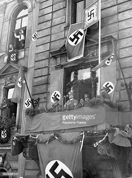Adolf Hitler et Hermann Goering au balcon d'un pavillon de chasse dans la région des Sudètes le 7 octobre 1938 en République Tchèque