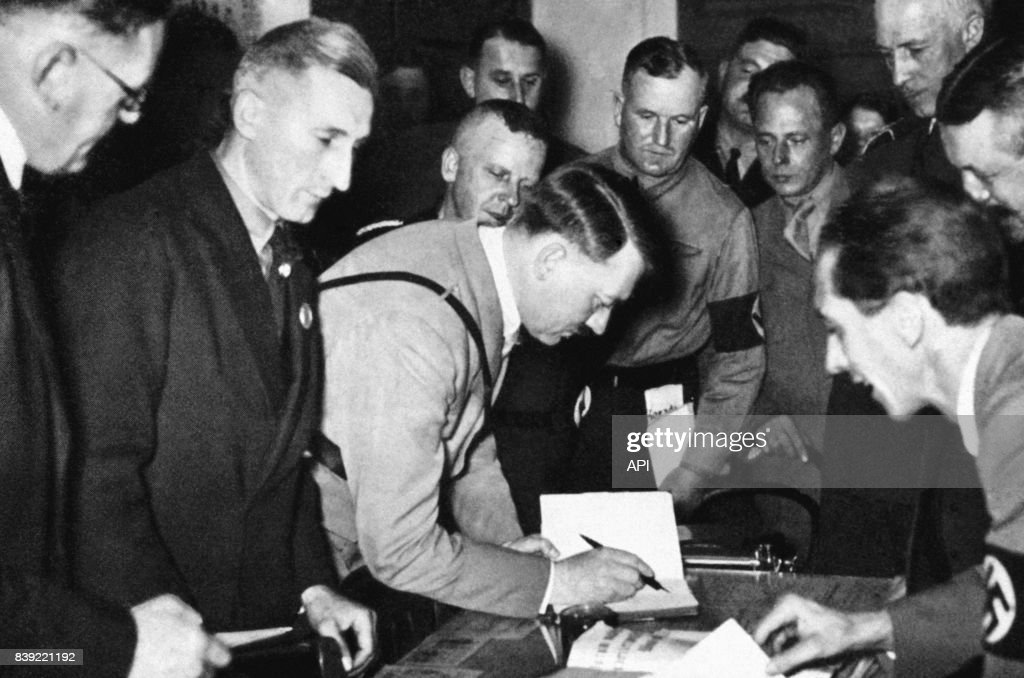 Adolf Hitler et Joseph Goebbels visitant le Sterneckerbräu à Munich : News Photo