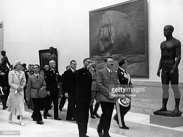Adolf Hitler et une délégation nazie visitent la Grande Exposition d'Art Allemand à la Maison d'Art Allemand le 18 juillet 1937 à Munich Allemagne