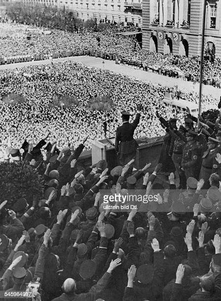 Adolf Hitler gruesst die Menge waehrendseiner Ansprache vom Balkon der Hofburg in Wien Aufnahme Paul Mai