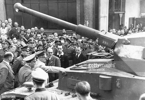 Adolf Hitler Heinz Linge Politiker NSDAP D beim Besuch eines Rüstungsbetriebes vor einem Panzer schräg rechts hinter Hitler Kammerdiener Heinz Linge...