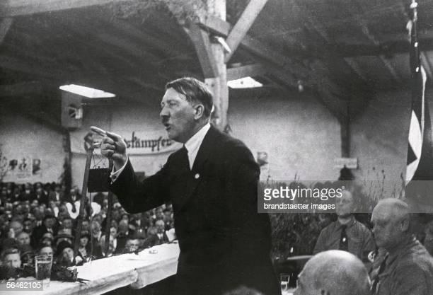 Adolf Hitler holding a speech about 1925 [Hitler haelt eine Rede Photographie Um 1925]
