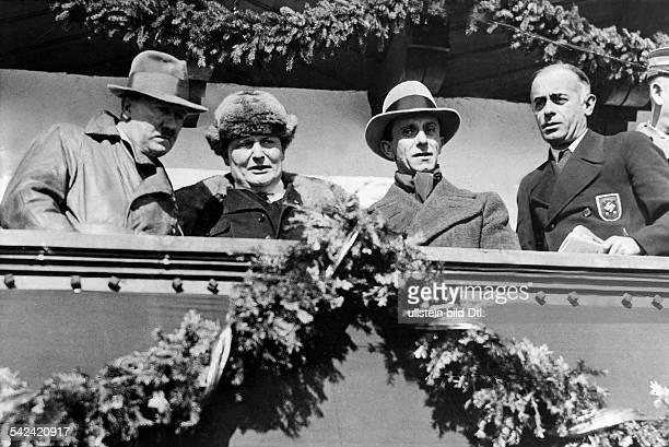 Adolf Hitler mit Hermann Göring Goebbelsund v TschammerOsten auf derEhrentribühne des SkiStadions inGarmisch 1936