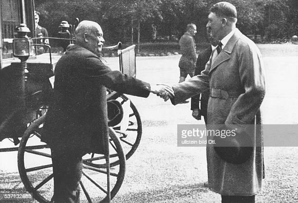 Adolf Hitler Politiker NSDAP D begrüsst einen 'Veteranen der Arbeit Meister Bender MercedesBenz' um 1933