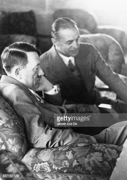Adolf Hitler Politiker NSDAP D bei einem Interview mit dem britischen Journalisten George Ward Price im Berghof auf dem Obersalzberg bei Berchtesgaden