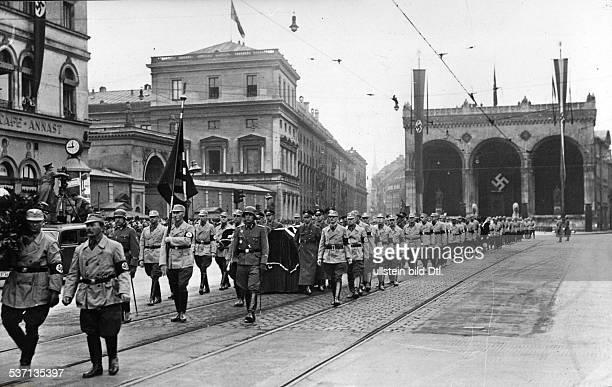 Adolf Hitler, , Politiker, NSDAP, D, Der Trauerzug zum Friedhof; an der Spitze, Jakob Grimminger mit der 'Blutfahne', von 1923; im Hintergrund die,...
