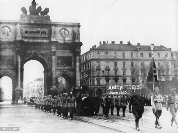 Adolf Hitler, , Politiker, NSDAP, D, Der Trauerzug zum Friedhof; an der Spitze, Jakob Grimminger mit der 'Blutfahne' von, 1923; im Hintergrund das...