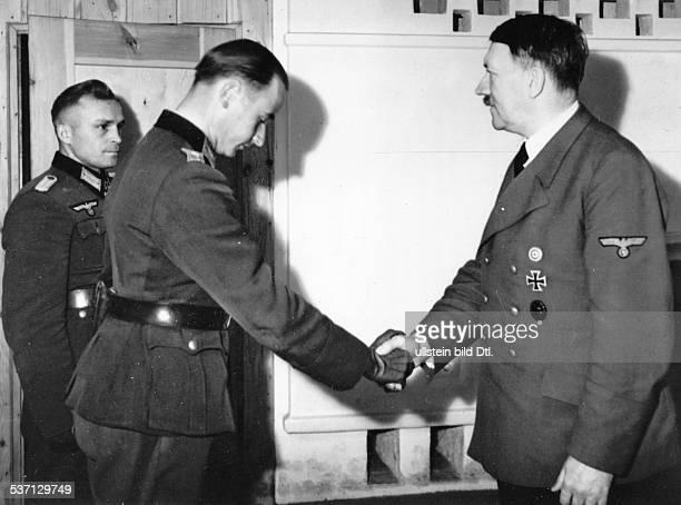 Adolf Hitler Politiker NSDAP D im Führerhauptquartier 'Werwolf' bei Winniza mit den Offizieren Werner Ziegler und Gerhard Hein bei Überreichung des...