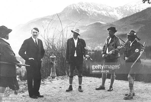 Adolf Hitler Politiker NSDAP D im Gespräch mit Gebirgsjägern auf dem Obersalzberg bei Berchtesgaden veröffentlicht Foto Heinrich Hoffmann