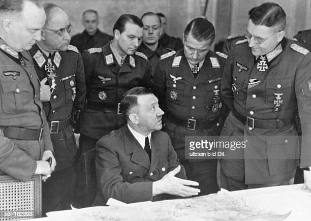 Adolf Hitler Politiker NSDAP D während einer Lagebesprechung beim Stab eines Armeekorps an der Oderfront veröffentlicht