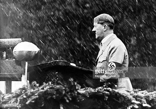 Adolf Hitler prononcant un discours sous la neige a l'occasion de l'inauguration du monument erige a la memoire du poete nazi Dietrich Eckart le 30...