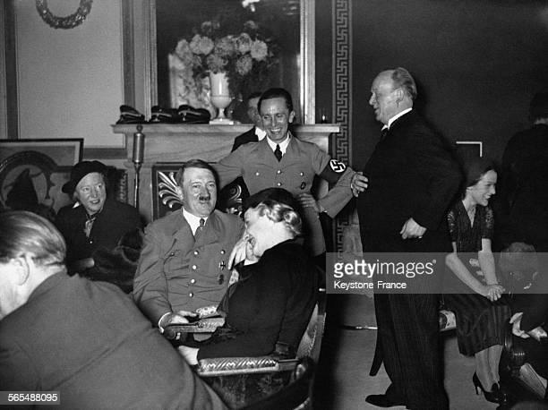 Adolf Hitler rit avec Magda Goebbels, Joseph Goebbels et Wilhelm Rode chez les Goebbels à l'occasion de l'anniversaire du dr Goebbels le 10 octobre...