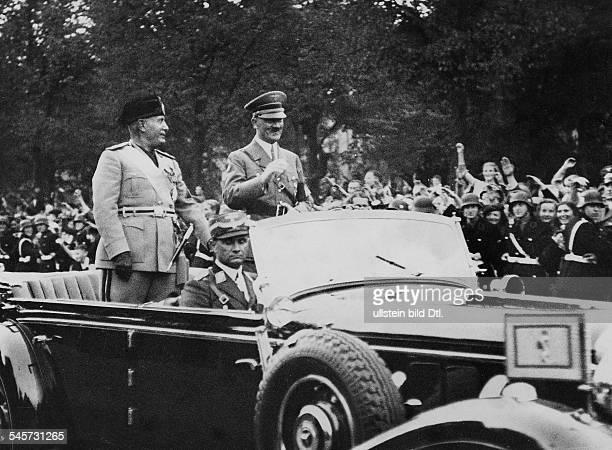 Adolf Hitler und Benito Mussolini auf derFahrt zum Reichspräsidenten-Palais vorjubelnder Bevölkerung