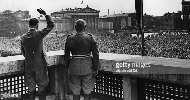 Adolf Hitler und Benito Mussolini grüssenvom Balkon des 'Führerbaues' zur jubelndenBevölkerung auf dem Königlichen Platz im Hintergrund Glyptothek...