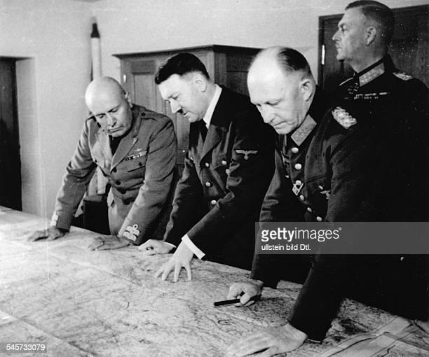 Adolf Hitler und Benito Mussolini imFührerhauptquartier 'Wolfsschanze' beiRastenburg in Ostpreussen am Kartentischin der Gruppe nach rechts General...