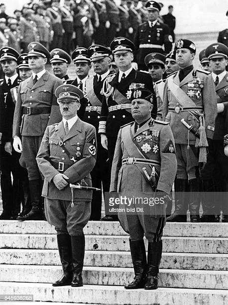 Adolf Hitler und Benito Mussolini nacheiner Kranzniederlegung am Grabmaldes Unbekannten Soldaten an derPiazza Venezia hinter Hitler von...