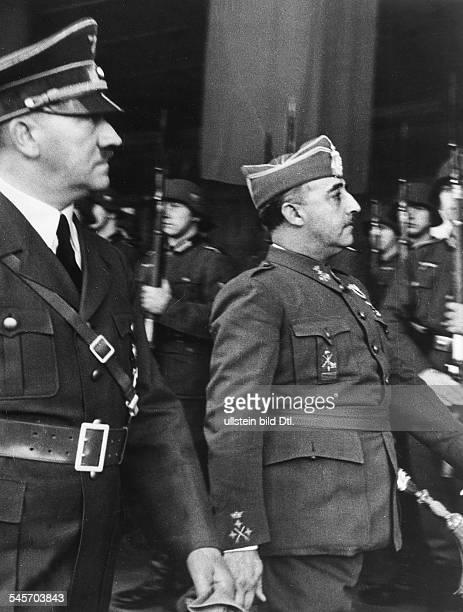 Adolf Hitler und der spanische StaatschefFrancisco Franco y Bahamonde beimAbschreiten der Front einer Ehrenformationauf dem französischen Grenzbahnhof