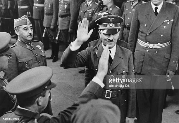 Adolf Hitler und der spanische StaatschefFrancisco Franco y Bahamonde bei derBegrüssung der Begleiter des Caudilloauf dem französischen Grenzbahnhof