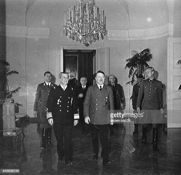 Adolf Hitler und Reichsverweser NikolausHorthy v Nagybanya auf SchlossKlessheim bei Salzburg einem Gästehausder Reichsregirung im Gefolge von...