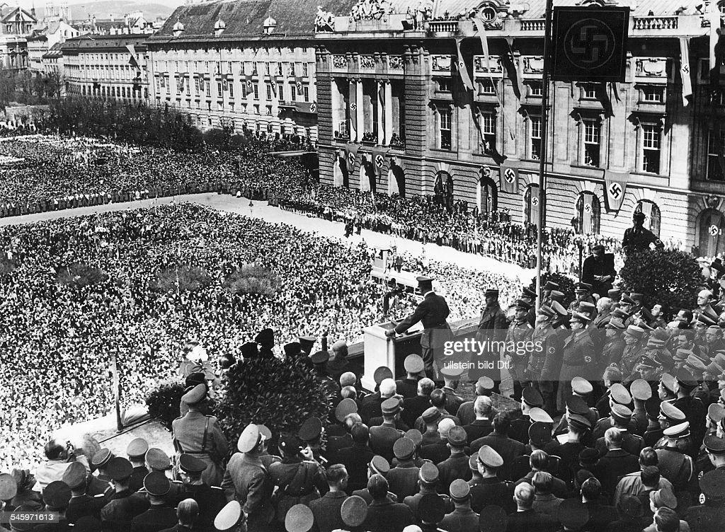 Hitler in Wien - Hitler spricht vom Balkon der Hofburg am Heldenplatz : ニュース写真