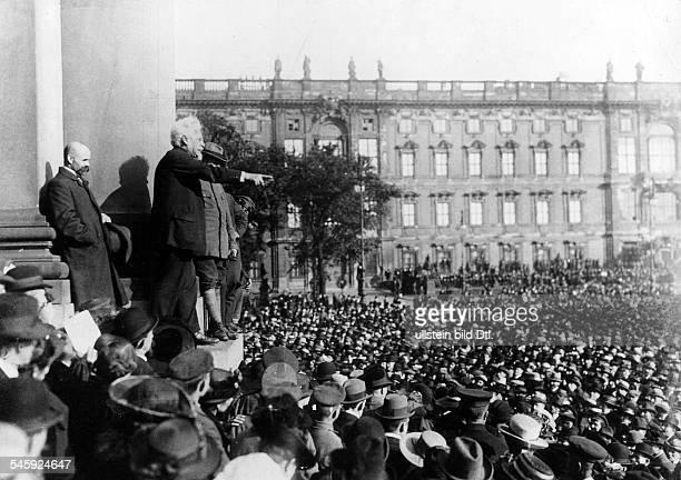 Adolf Hoffmann spricht vor dem Berliner Schloss für die Annahme desFriedensvertrages- Aufnahme: Robert Sennecke