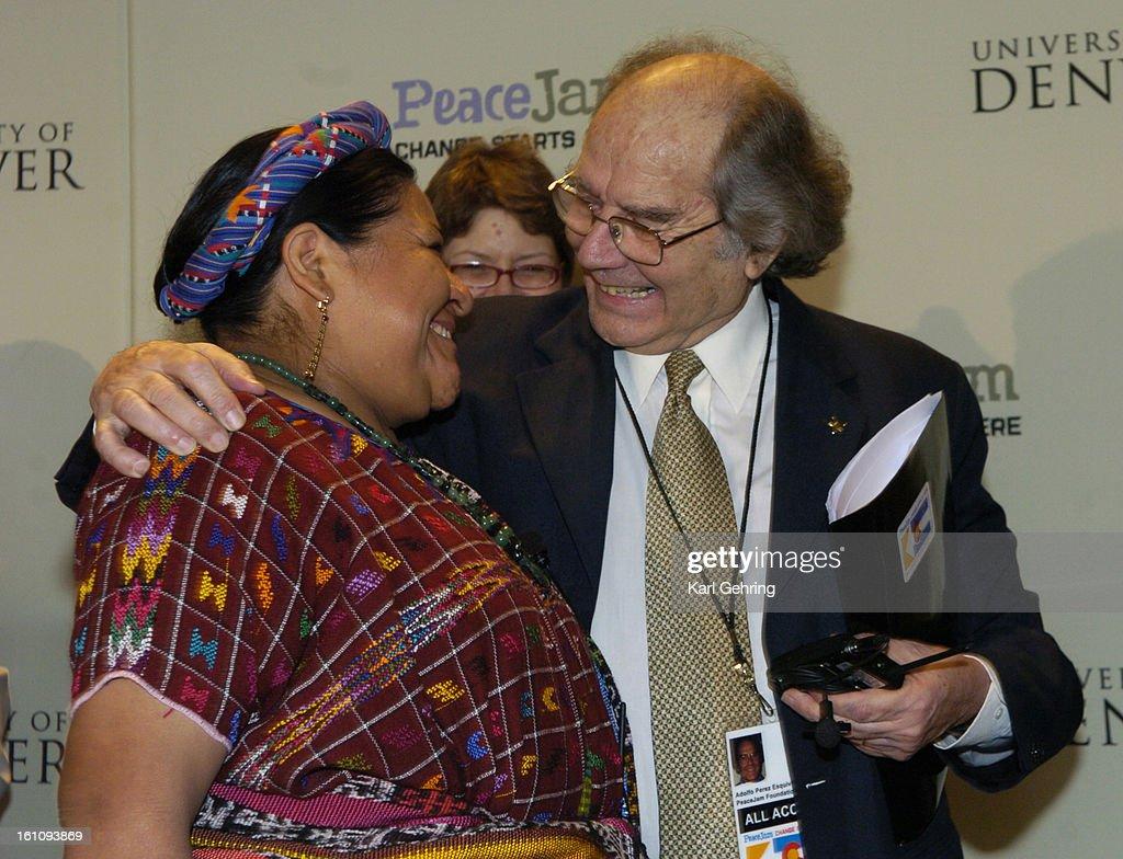 Resultado de imagem para fotos de Rigoberta Menchú e Adolfo Perez Esquivel