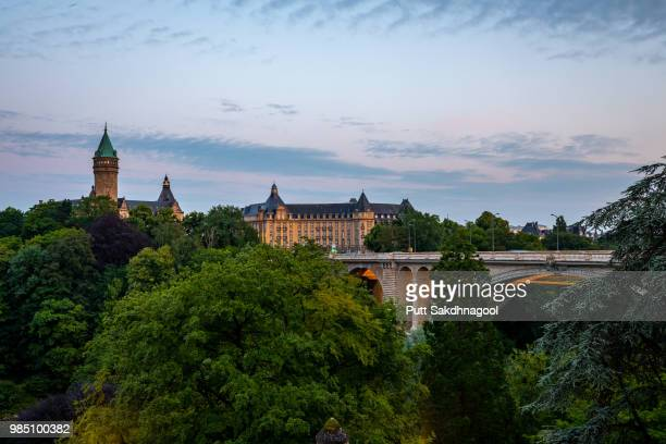 adolphe bridge at sunset, luxembourg city - luxemburgo fotografías e imágenes de stock