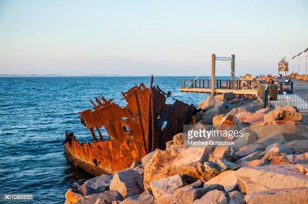 adolphe wreck shipwreck walk stockton breakwall - 豪州 ニューカッスル ストックフォトと画像