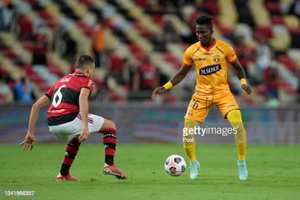 Adonis Preciado of Barcelona SC controls the ball against René of Flamengo during a semi final first leg match between Flamengo and Barcelona SC as...