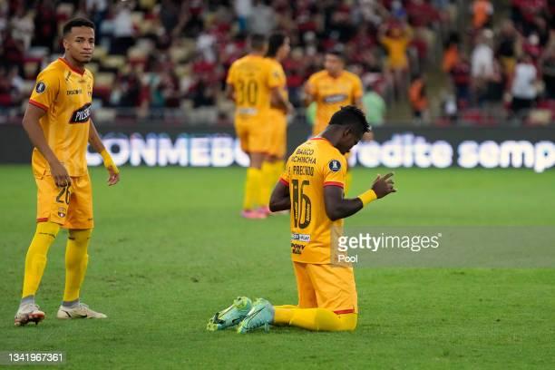 Adonis Preciado of Barcelona SC prays before a semi final first leg match between Flamengo and Barcelona SC as part of Copa CONMEBOL Libertadores...